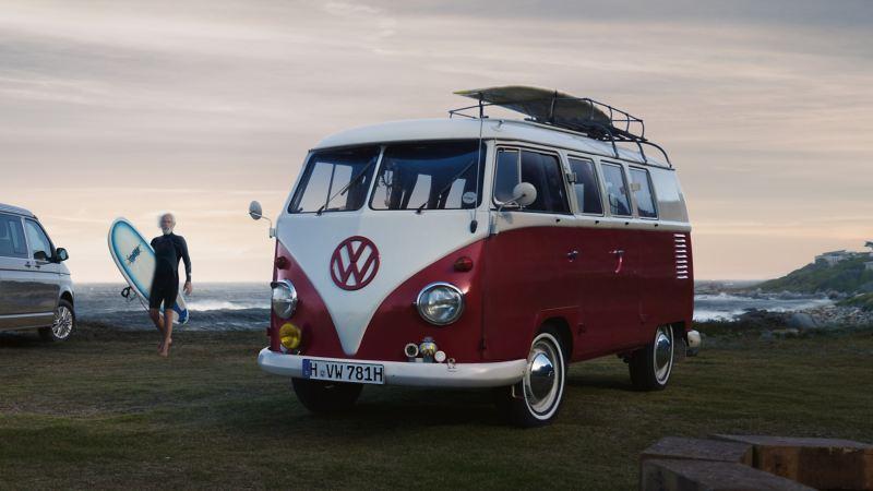 Uma carrinha VW antiga na praia.