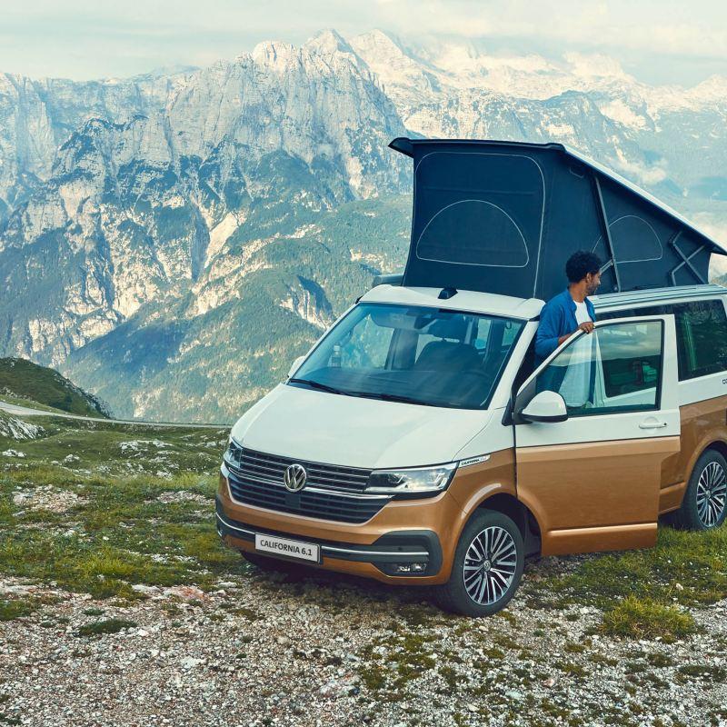 Rodzina z Volkswagen California 6.1 w górskim krajobrazie.