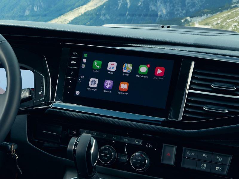 Ein Infotainmentsystem im Inneren eines VW California.