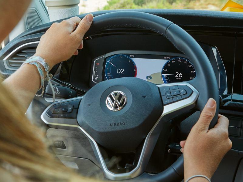 Vista do digital cockpit através do volante da Volkswagen California 6.1 Beach.