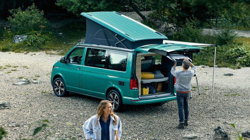 Man och kvinna utanför VW California campingbil