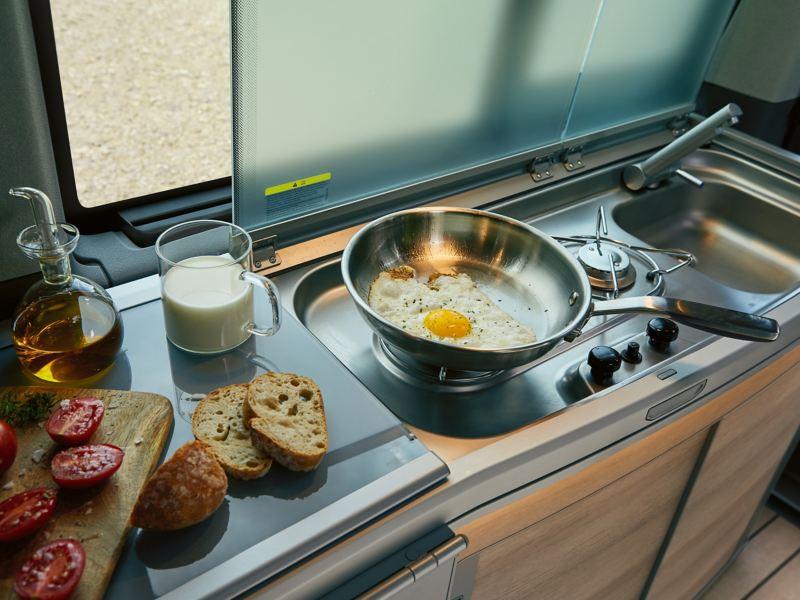 Kuchenka i zlewozmywak w Volkswagen 6.1. California.
