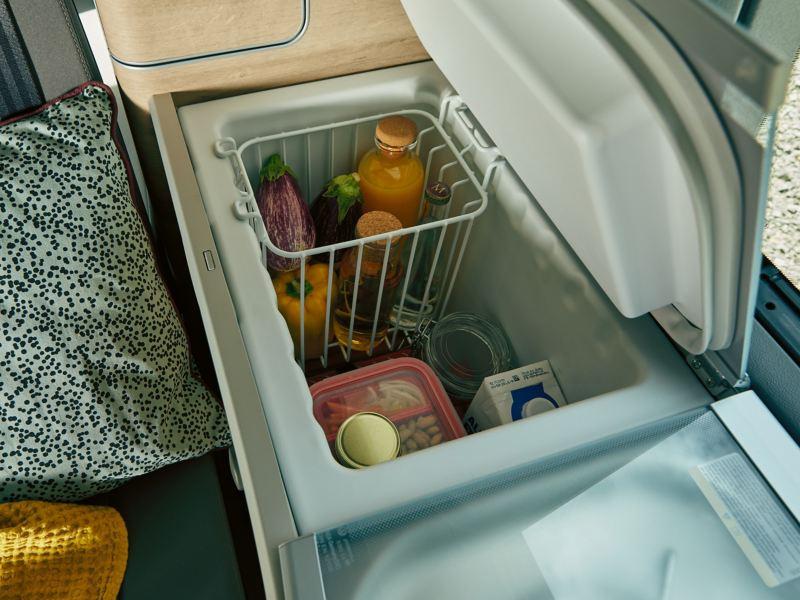 Ein gefüllte Kühlbox im Inneren eines Wohnmobils.