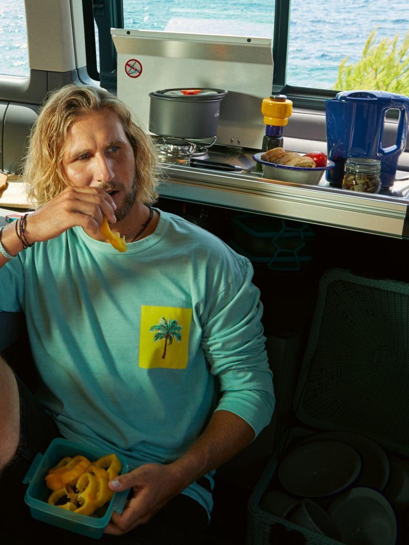 Mężczyzna siedzi w mini kuchni w California 6.1 Beach.