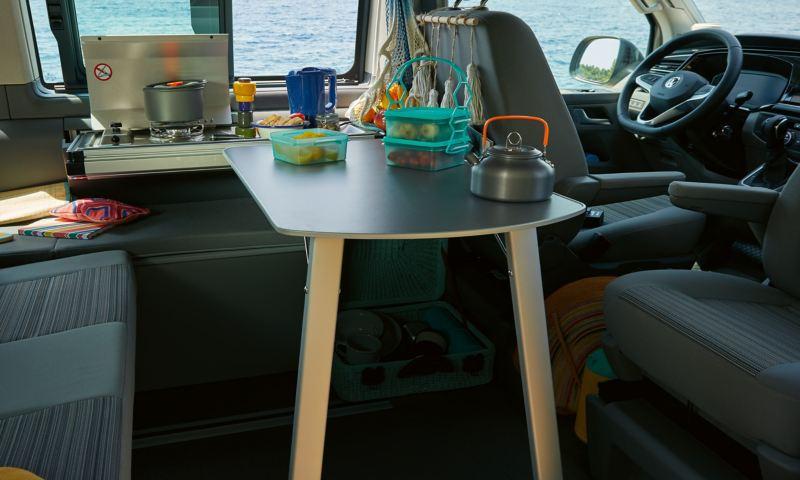 Mini kuchnia w Volkswagen California 6.1 Beach.