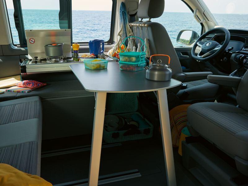 Ein seitlicher Blick in die Miniküche eines California 6.1 Beach.