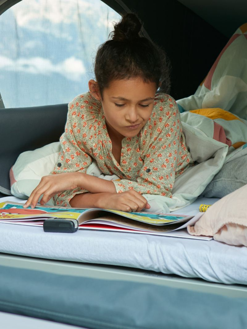 Un enfant est allongé sur un lit.