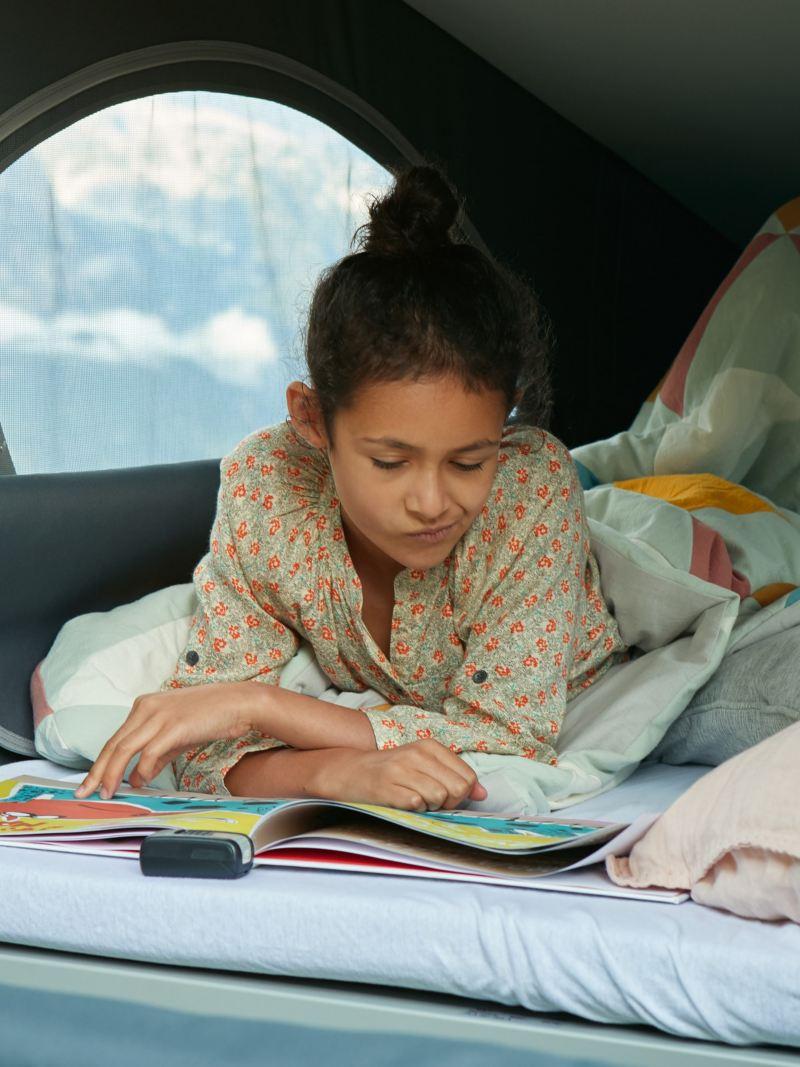Dziecko leży w Volkswagen California 6.1.