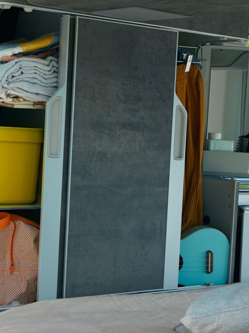 Dwuczęściowa szafka do zabudowy w Volkswagen California 6.1.