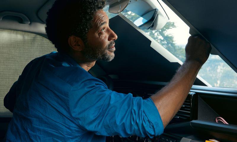 Pare-brise teinté : le pare-brise ainsi que les vitres conducteur et passager sont teintés.