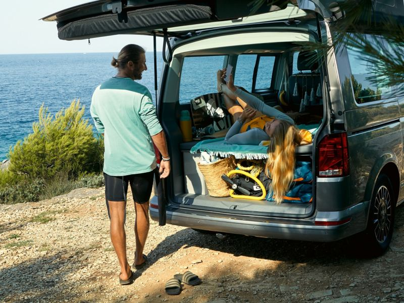 Der California 6.1 Beach mit geöffneten Kofferraum von schräg hinten.