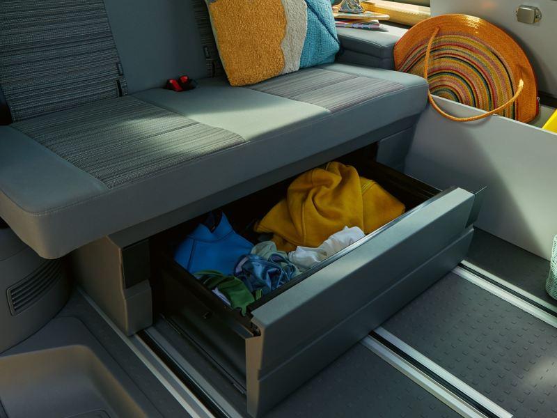 Otwarty schowek w 2-osobowej kanapie Volkswagen California 6.1 Beach.