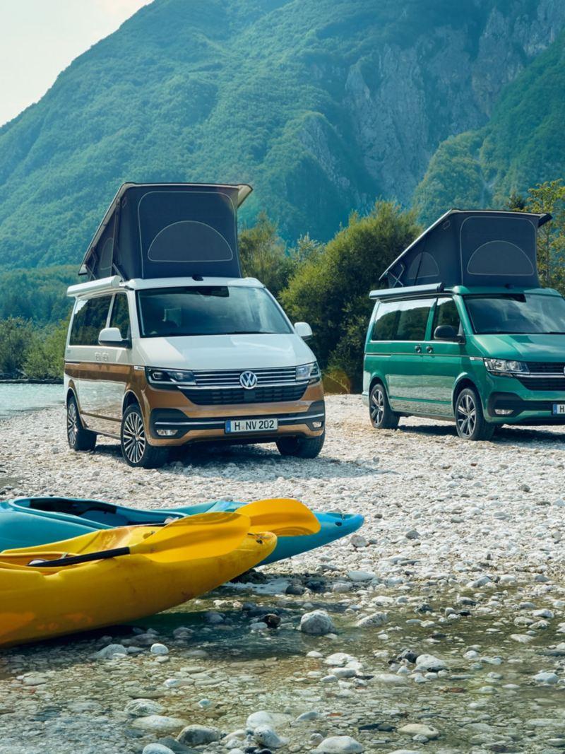 Drei Modelle des California am Ufer eines Flusses.