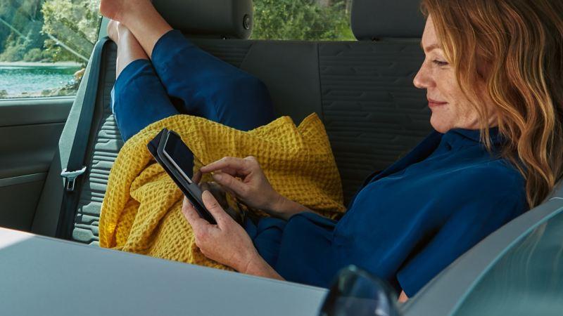 Eine Frau bedient ihr Tablet.