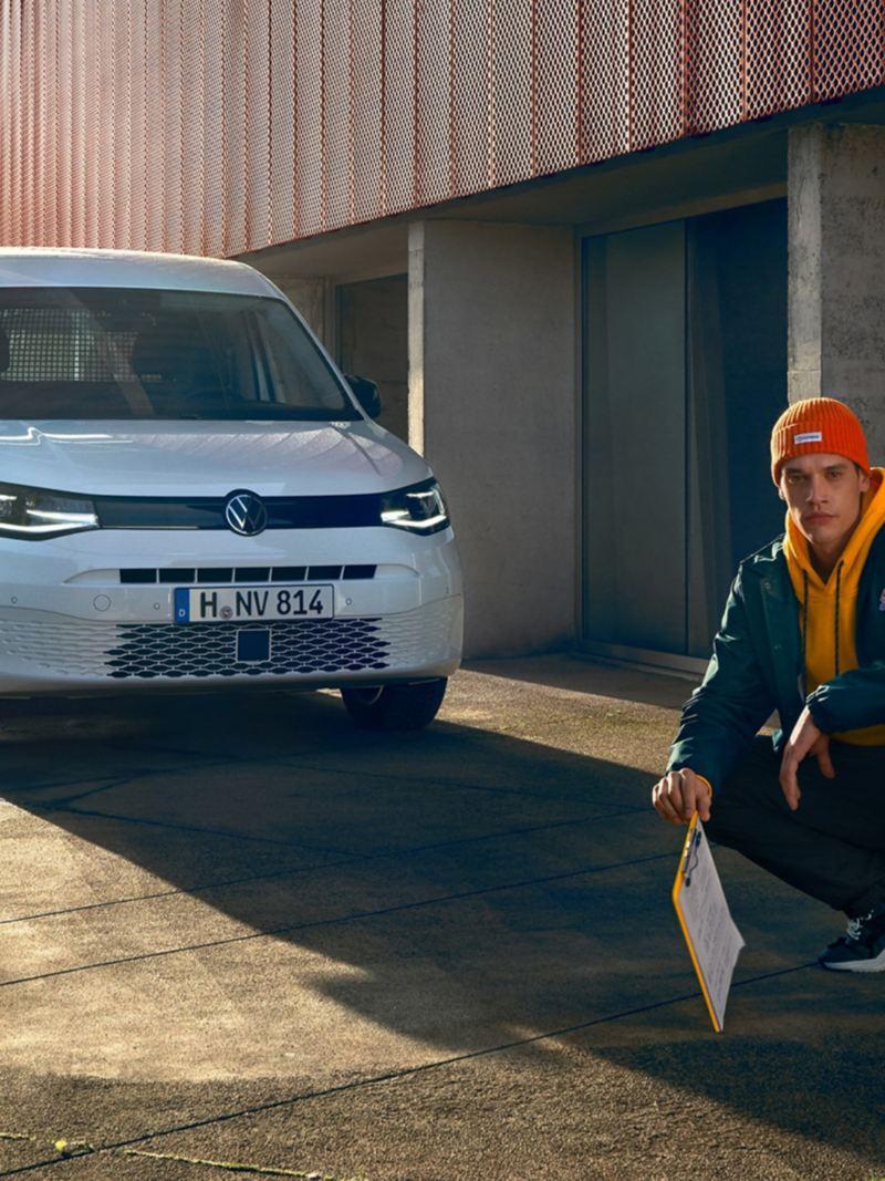 De nieuwe Volkswagen Caddy Cargo voor een modern gebouwencomplex.