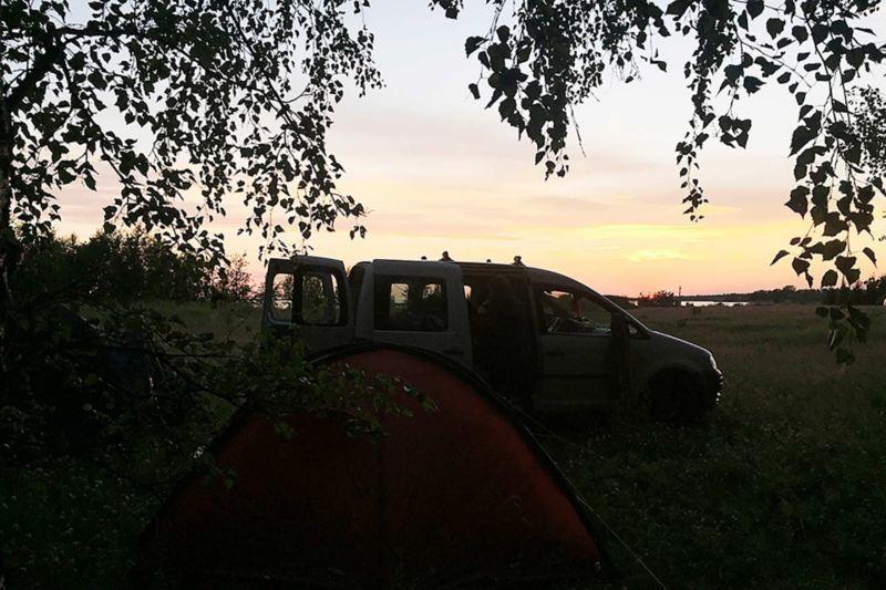 Volkswagen Caddy med tält i förgrunden