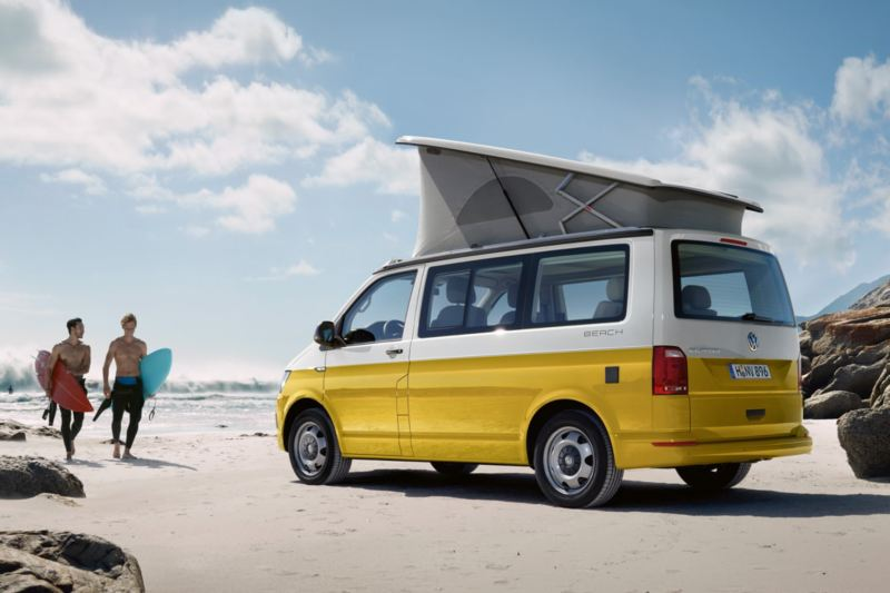 A VW California Beach estacionada numa praia.