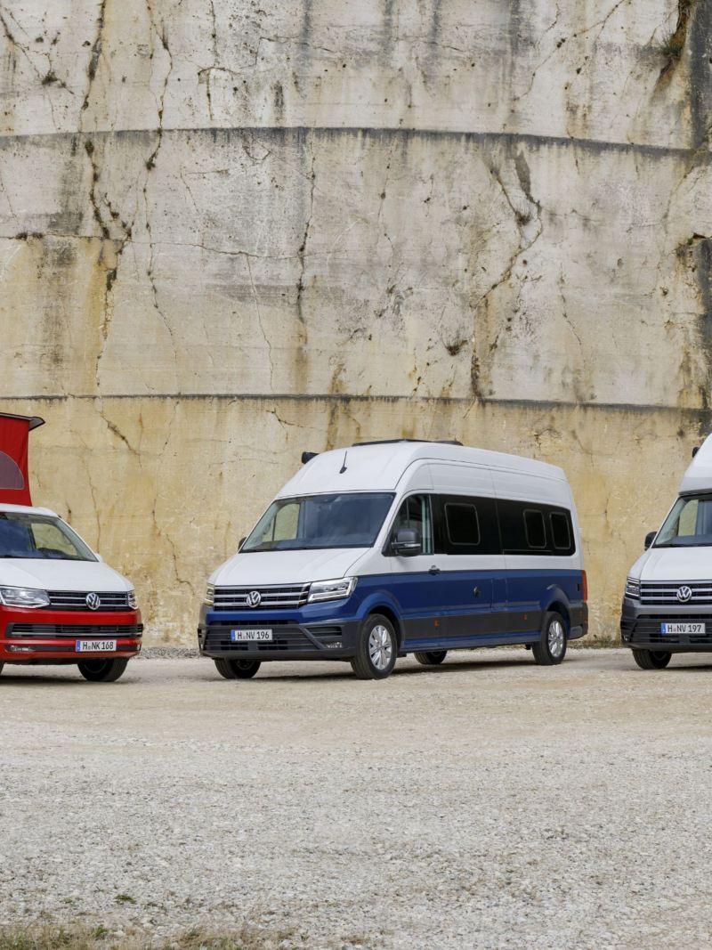 Kampery Volkswagen przed skalną ścianą