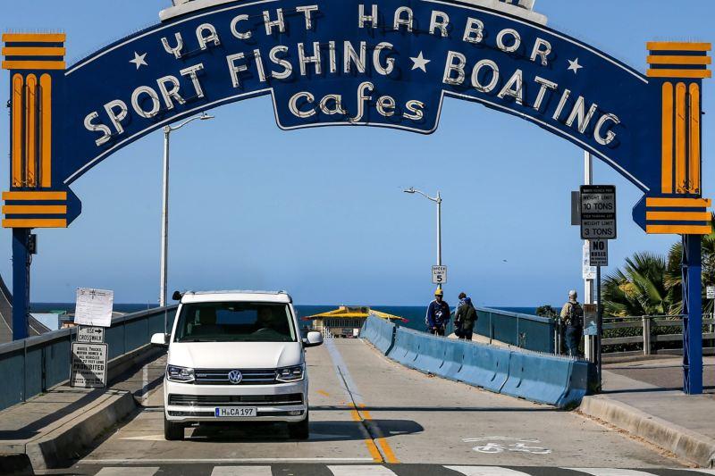 A California da Volkswagen Veículos Comerciais a percorrer uma autoestrada, na Califórnia.