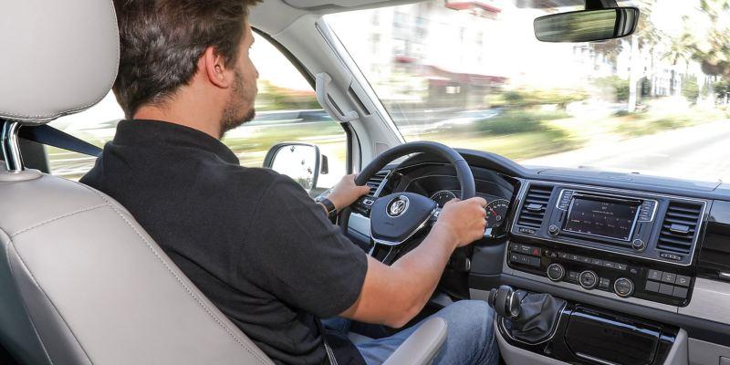 Um homem a conduzir a California da Volkswagen Veículos Comerciais.