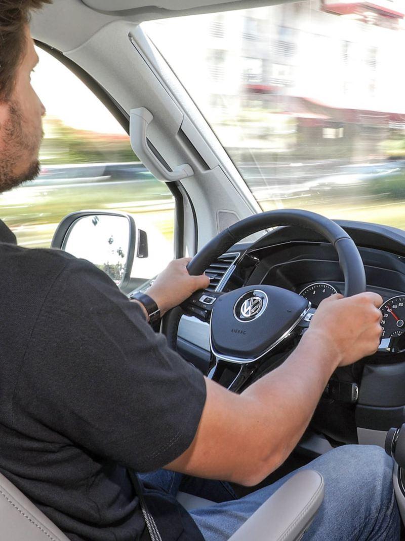Der Volkswagen Nutzfahrzeuge California fährt in Kalifornien auf dem Highway.