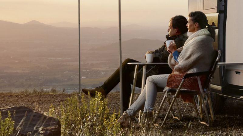 Ein Pärchen sitzt vor der Studie des Grand California. Sie betrachten den Sonnenaufgang.