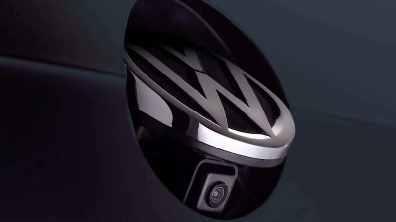 Cámara de visión trasera presente en emblema de autos Volkswagen para mejorar la visibilidad