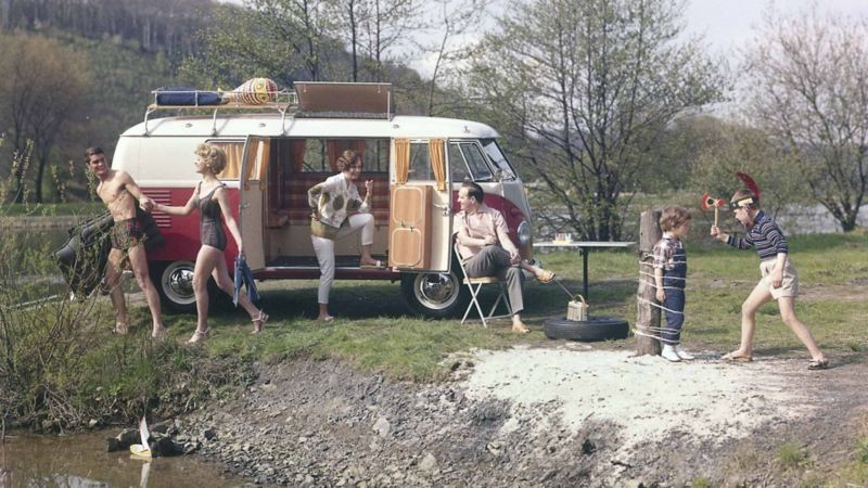 Bild från 1961 på familj på utflykt med sin Volkswagen Campingwagen