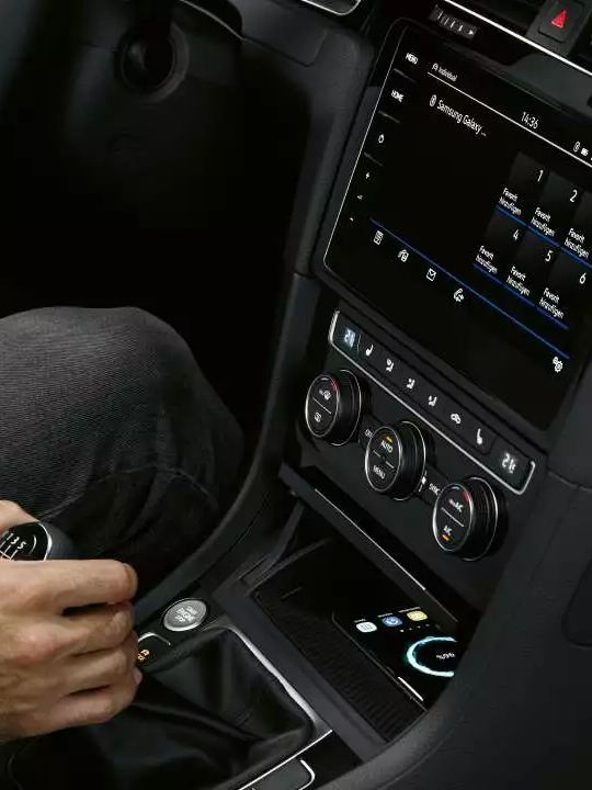 interface téléphone induction Golf R bleue