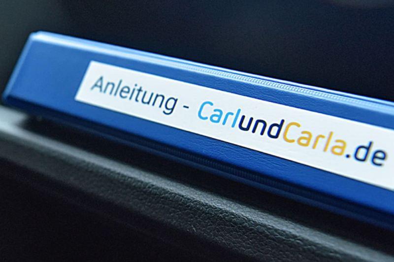 Die blaue CarlundCarla.de Anleitung im Handschuhfach.