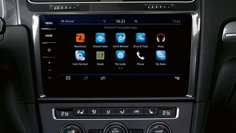 Visualizzazione del computer di bordo di una Volkswagen Golf, dettaglio di Car-Net App-Connect