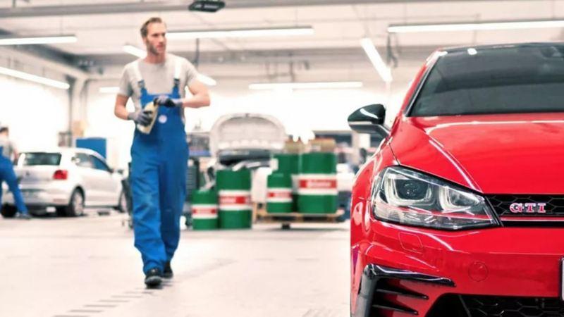 Carro deportivo adquiriendo mantenimiento en taller de servicio de Volkswagen