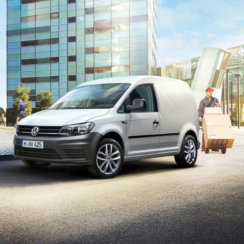vw Volkswagen hvit Caddy varebil budbil budmann bysenter kontorbygg