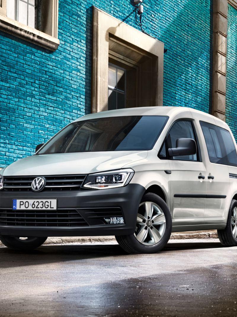 Volkswagen Caddy Kombi zaparkował na poboczu drogi.