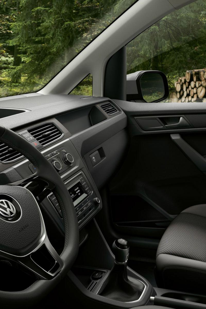 vw Volkswagen Caddy Alltrack førerhus interiør liten varebil i skogen med tømmerstokker i bakgrunn