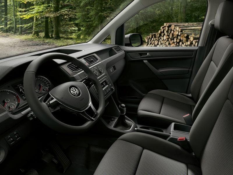 Caddy Kastenwagen Alltrack Interieur Cockpit mit Wald im Hintergrund