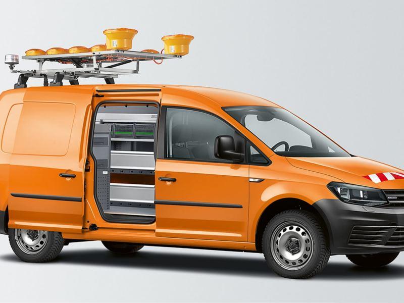 Der Caddy Kastenwagen, umgebaut zum orangenen Straßenmeistereiwagen.