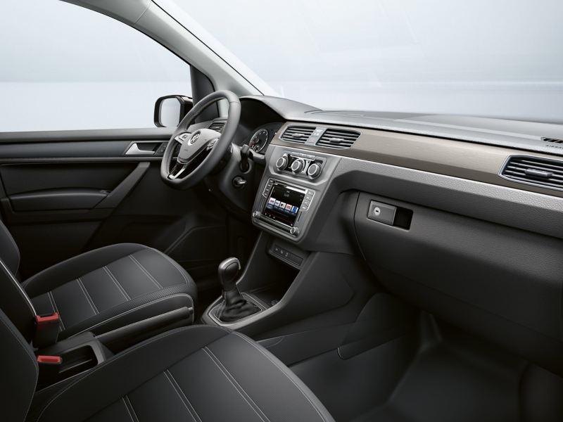 Widok siedzenia kierowcy i kokpitu z prawej strony.