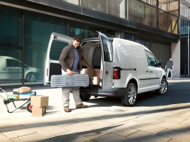 Hantverkare vid en VW Caddy Skåp