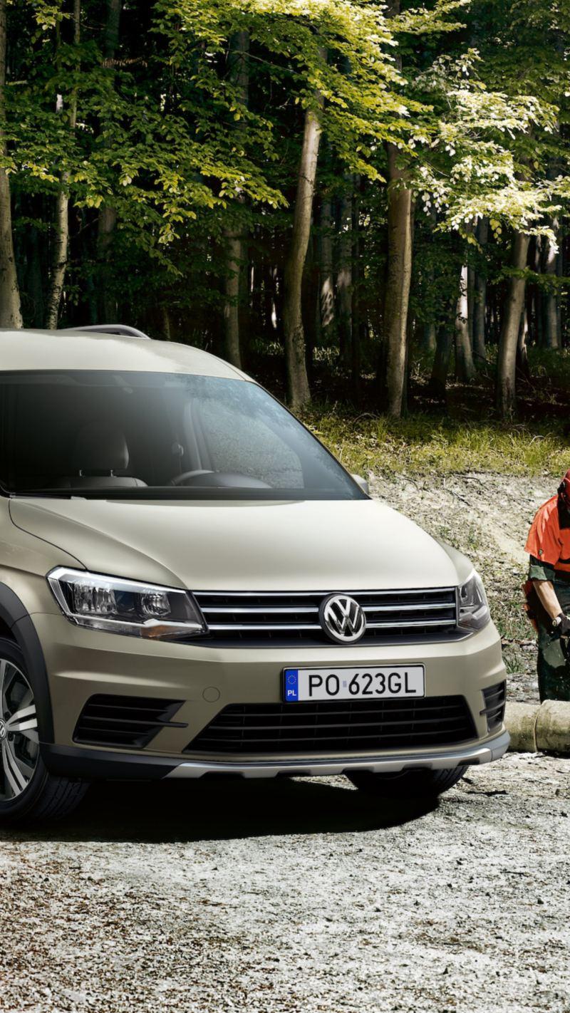 Volkswagen Caddy Furgon Alltrack w lesie.