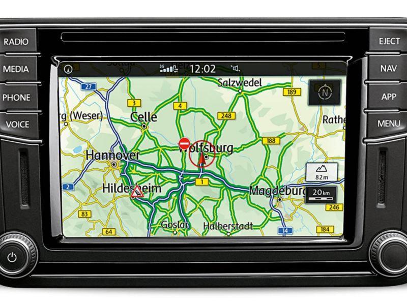 Ecran et éléments de commande du système de navigation « Discover Media », devant un arrière-plan blanc.