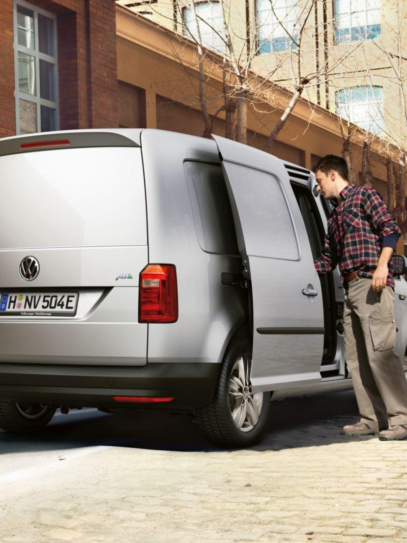 ABT e-Caddy avec la porte coulissante ouverte et un homme qui l'utilise