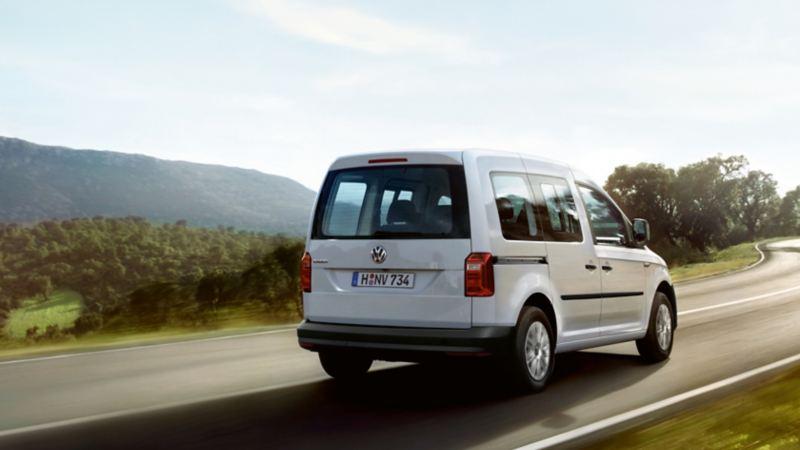 VW Caddy personbil kör på väg
