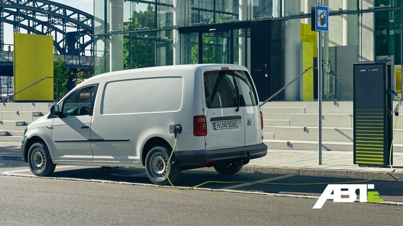 Der ABT e-Transporter steht an einer Ladesäule und lädt.
