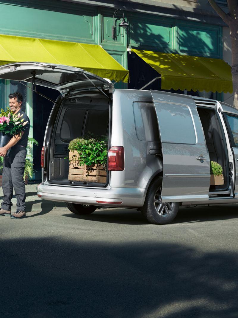 Der ABT e-Caddy im Einsatz als Transporter für einen Florist.