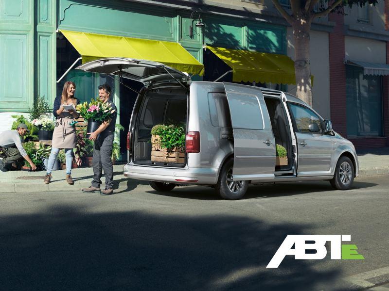Der ABT e-Caddy im Einsatz als Transporter eines Floristen.