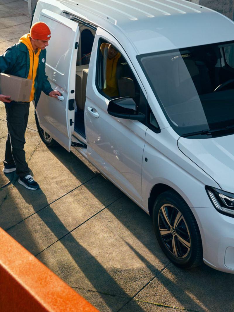 Der neue Volkswagen Caddy Cargo von schräg vorne.