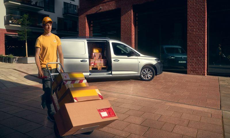 Der neuen Volkswagen Caddy Cargo von der Seite mit geöffneter Seitentür.