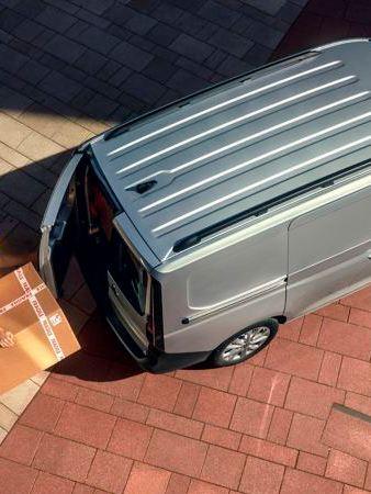 Vista 3/4 da frente do carro elétrico VW ID.3 em frente a escadas vermelhas