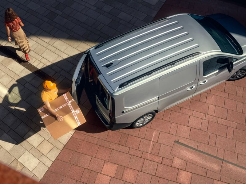 Der neuen Volkswagen Caddy Cargo von oben wie er mir Paketen beladen wird.